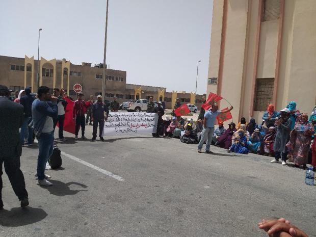 للمطالبة بأداء أجورهم.. عمال ضيعات الملياردير الدرهم يحتجون أمام مقر ولاية الداخلة (صور)
