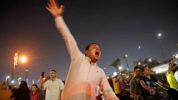 """""""القمع"""" والاعتقالات/ التظاهرات/ سفر السيسي.. نايضة في مصر (صور وفيديو)"""