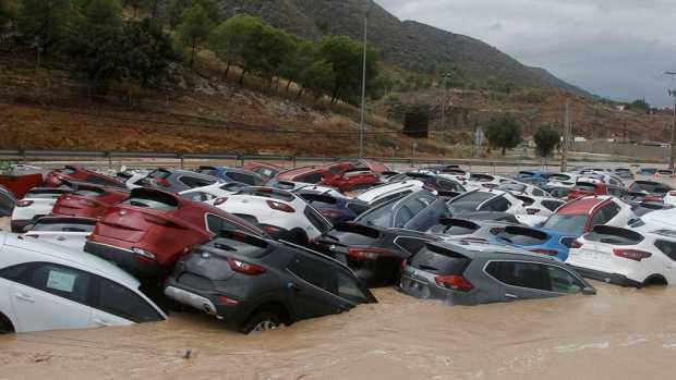 بالصور والفيديو.. وفيات وخسائر بالجملة بسبب فيضانات وسيول جارفة في إسبانيا