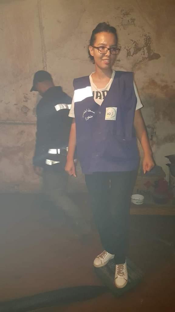 وسط السيول في خنيفرة.. شابة متطوعة لإسعاف المتضررين (صور)