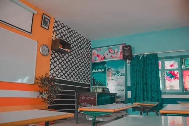 من ماله الخاص.. أستاذ يجهز قاعة درس بجهاز للعرض ومكبرات الصوت ومروحية ومصاحف (صور)