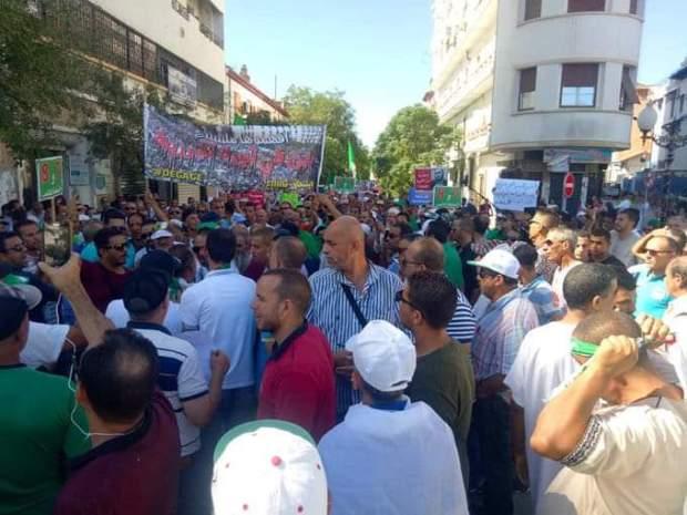 """رددوا شعار """"لا تبون لا بنفليس الشعب هو الرئيس"""".. جزائريون يتظاهرون للجمعةالـ32 (فيديو)"""