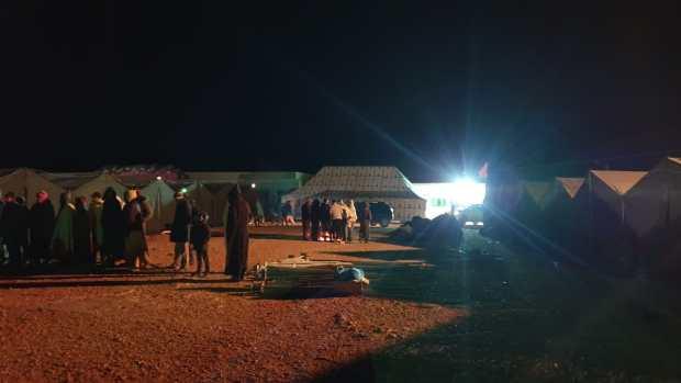 توصلوا بمساعدات وخيم للإيواء.. سكان إنمل قضوا ليلة في العراء بعد الهزة الأرضية (صور)