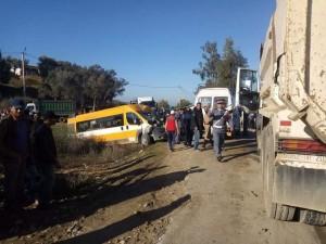 السائق في حالة خطيرة.. حادثة سير خطيرة بين حافلة للنقل المدرسي وشاحنة في ضواحي تاونات (صور)