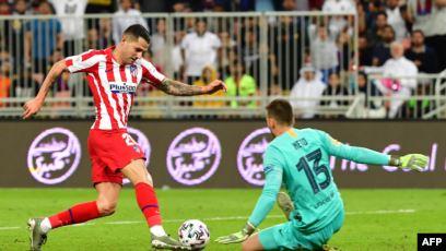 سيواجه ريال مدريد في النهائي.. أتلتيكو مدريد يقصي برشلونة من كأس السوبر الإسبانية