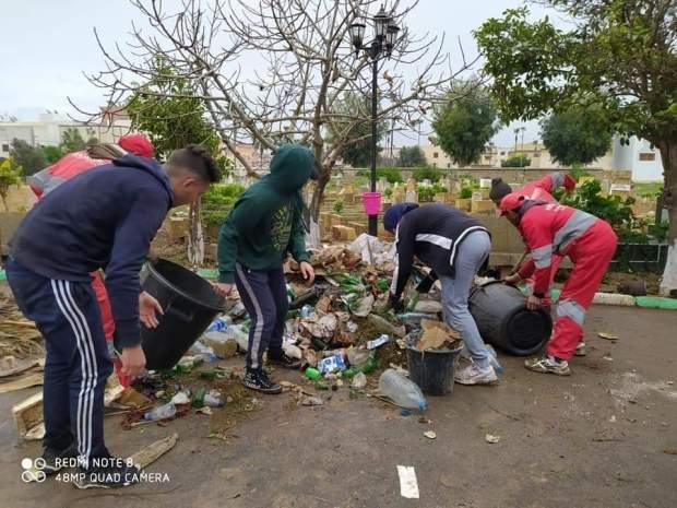 من سيدي بنور.. مجموعة فايسبوكية تنظم حملة لمساعدة عمال النظافة في تنظيف مقبرة (صور)