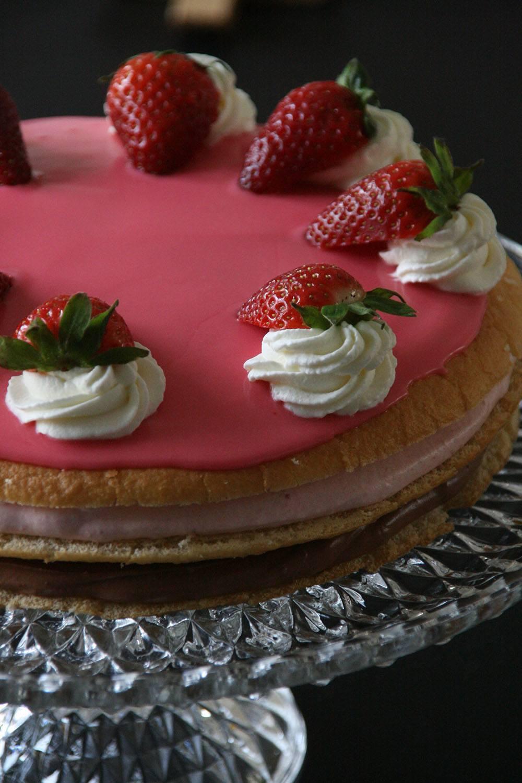 fødselsdagslagkage med jordbær og chokolade mousse