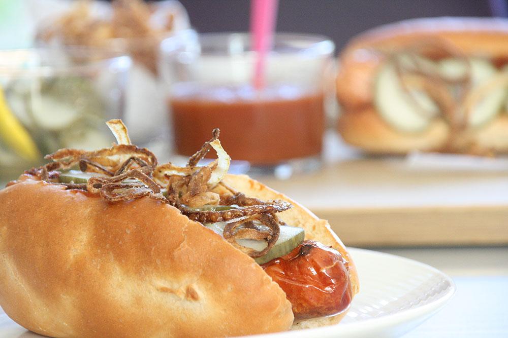 Lækre luksus hotdogs med hjemmelavet pølsebrød