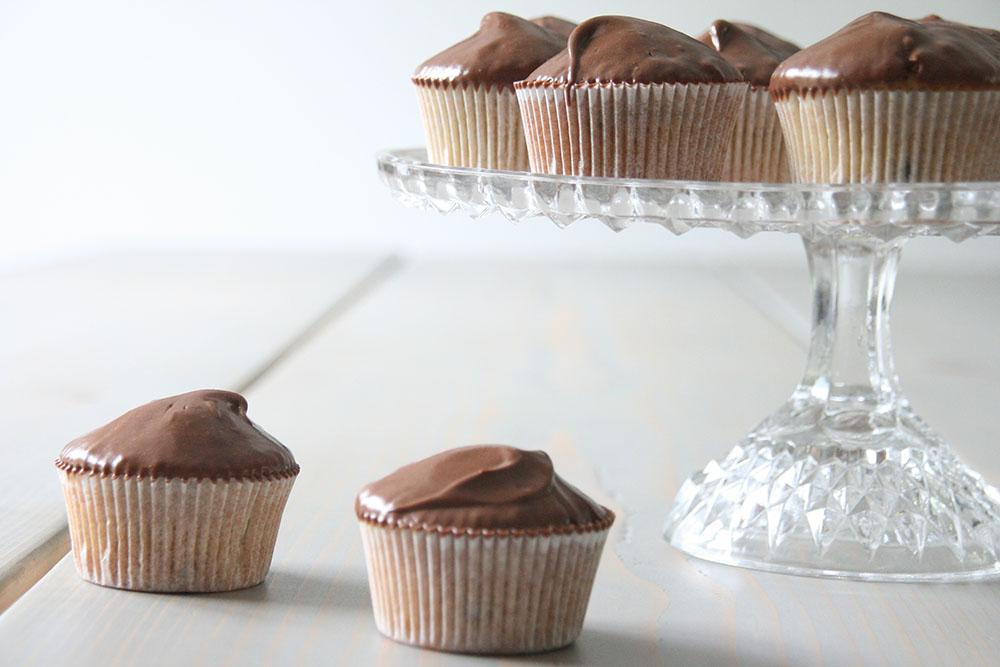 Luftige banan cupcake med silkeblød chokolade-karamel frosting