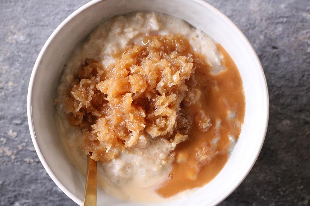 Lækker opskrift på sund vanilje havregrød med drømmekage topping