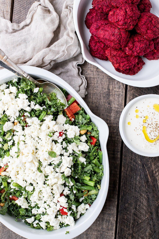sprød salat og veggiedeller af rødbede og linser