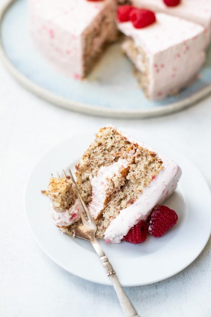 Lækker og let mandelkage med hindbærskum