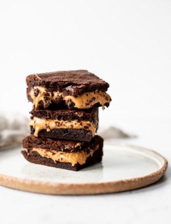 Svampet brownie med peanut butter fyld