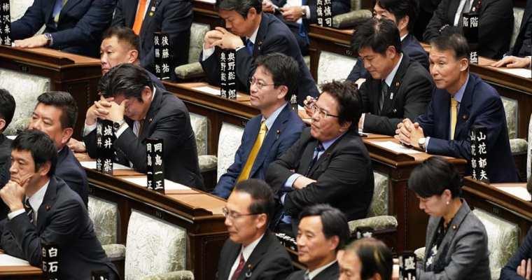 本会議、今年度補正予算案の討論と採決