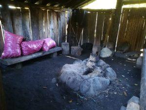 Intérieure de la Ruka (maison mapuche traditionnelle) dans laquelle Alejandro partage avec ses invités les histoires, les savoirs et les croyances de son peuple