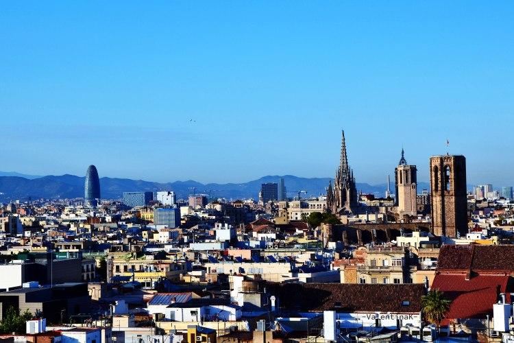 La magia del panorama dalla terrazza del barcelò raval sulla cattedrale e torre agbar
