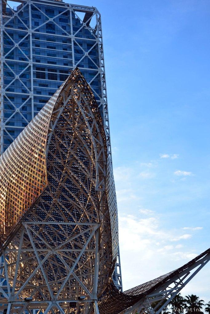 prospettiva del pesce d'oro al tramonto con la torre mapfre