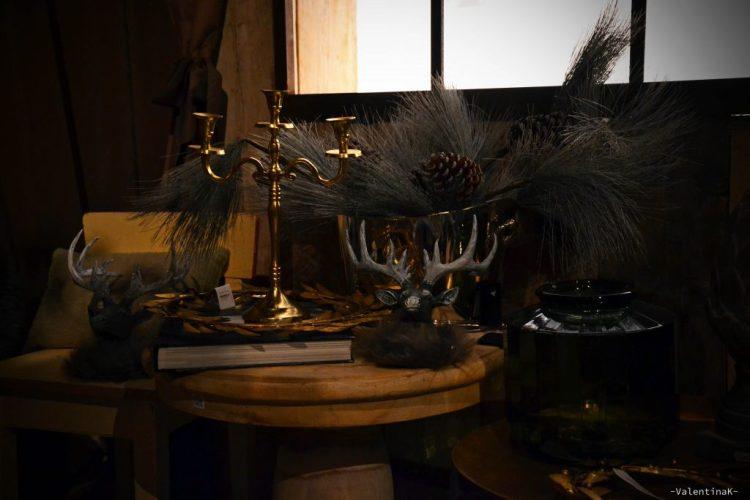 garden bulzaga natale: testa di cervo, libri, decorazioni natalizie tipiche dell'alta savoia al garden bulzaga