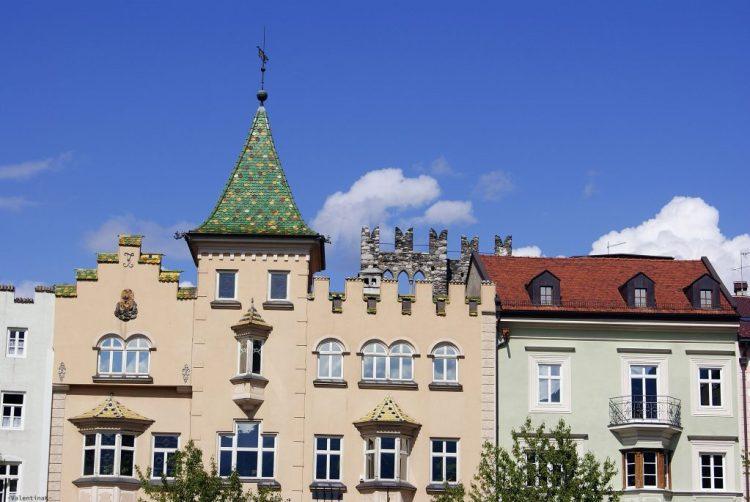tetti e case colorate in stile tirolese a bressanone