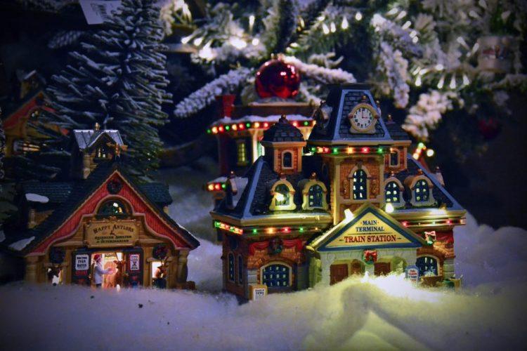 garden bulzaga natale: casette natalizie con lucine e neve