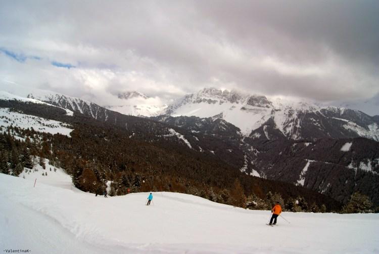 piste da sci e tantissima neve sulla plose, con vista alle odle di eores