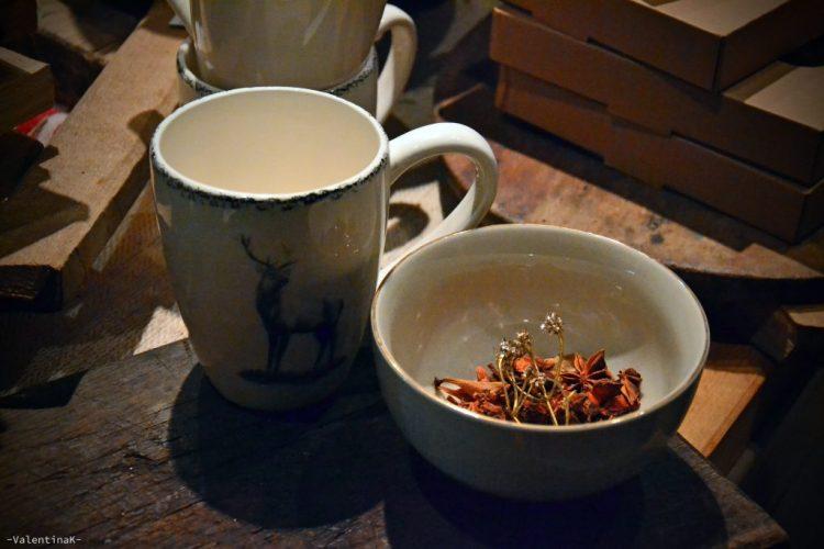 garden bulzaga natale: tazza con cervo e tazza con fiori secchi arancioni