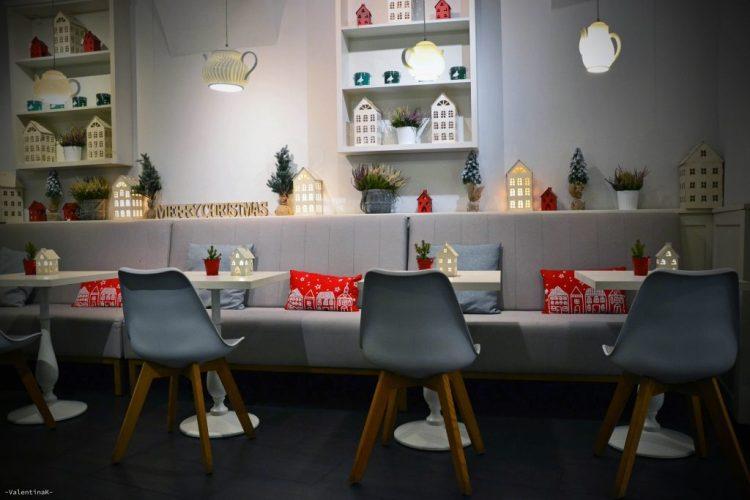 saletta intermedia con casette colorate e decorazioni natalizie
