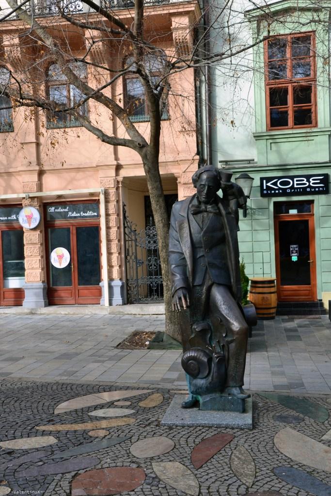 la statua dello scrittore Andersen circondato da alcuni dei suoi personaggi