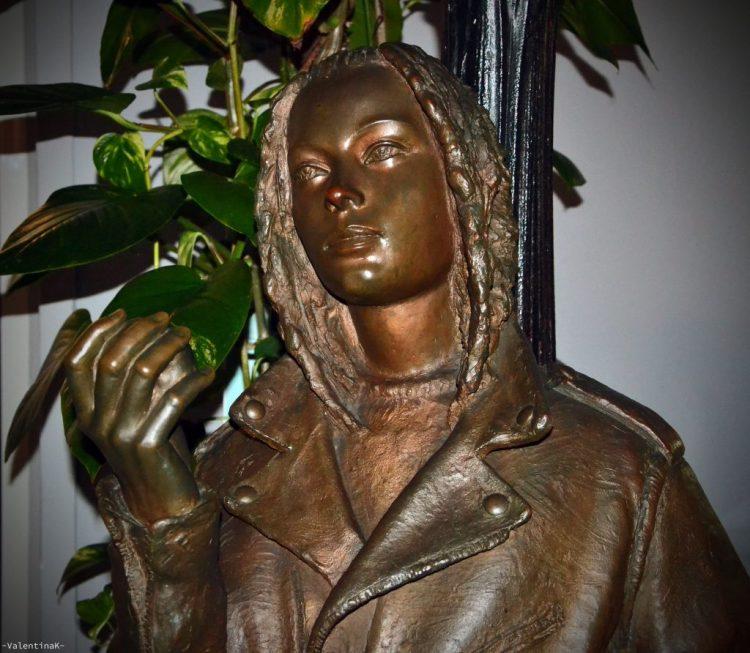 statua della ragazza che mangia la mela a bratislava