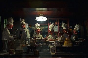 dove mangiare a bratislava, vetrina con marionette cuochi