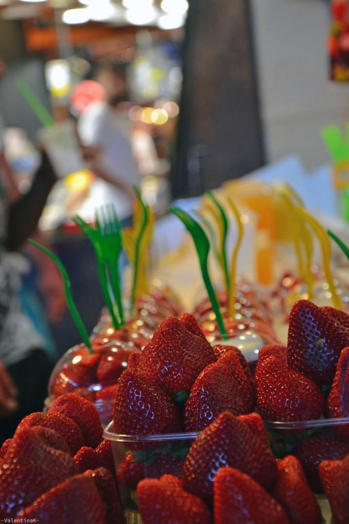 spunti di fragole al mercato della boquerìa di Barcellona