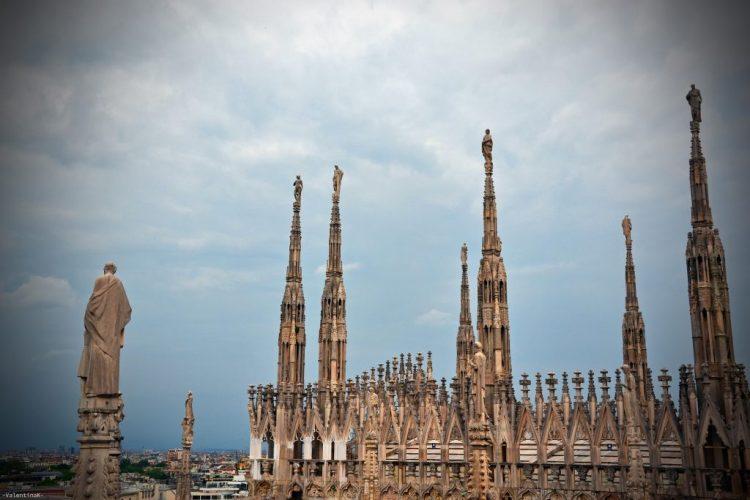 panorama sulle guglie e sul tetto del duomo