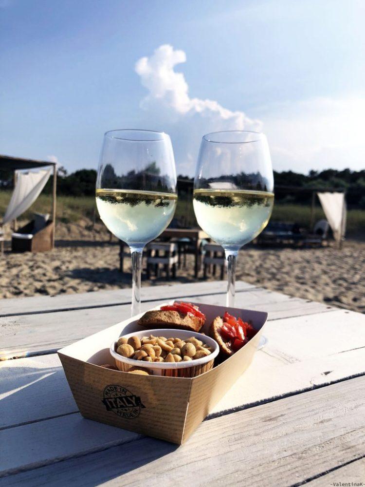 un sabato d'estate a marina di ravenna: calici di vino da aperitivo
