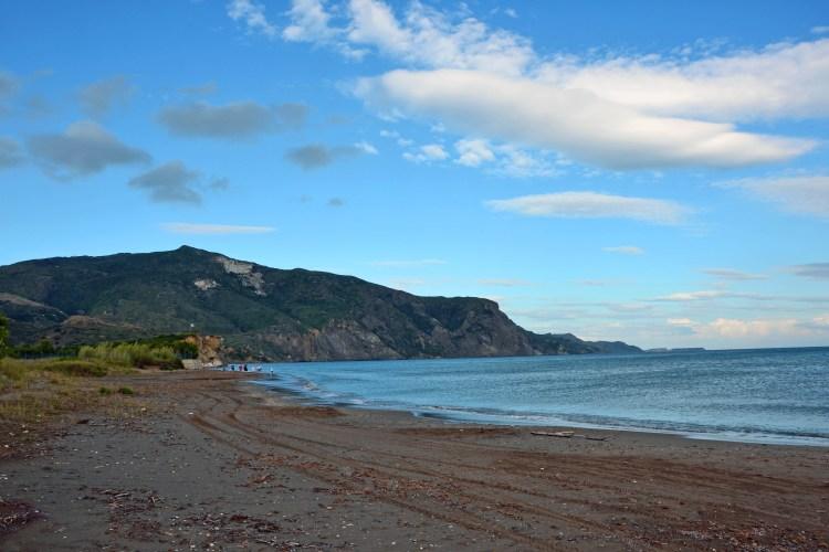 Undici spiagge imperdibili sull'isola di Zacinto: tratto di spiaggia di kalamaki dopo la pioggia