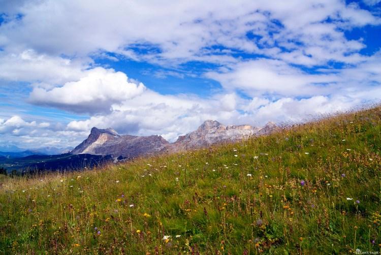 lista di rifugi in Alta Badia: i prati e le nuvole del Pralongià con vista su Sasso della Croce e La Varella