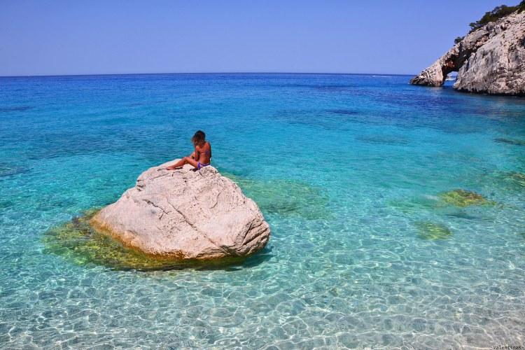 sardegna del sud est spiagge: Valentina su roccia a cala goloritzè