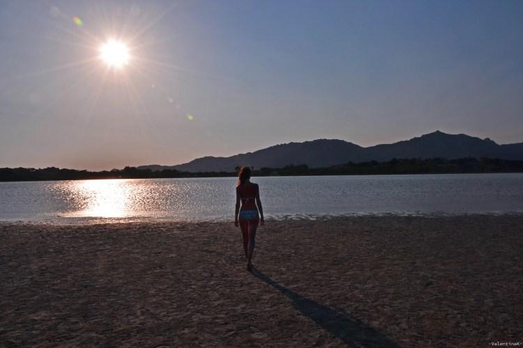 sardegna del sud est spiagge: valentina e lo stagno di notteri al tramonto