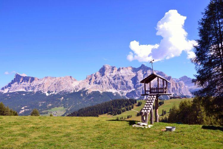 un mezzogiorno settembrino di montagna: particolari del rifugio i tablà