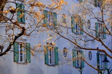 trento e i mercatini di natale: finestre e luce magica tra e foglie a trento