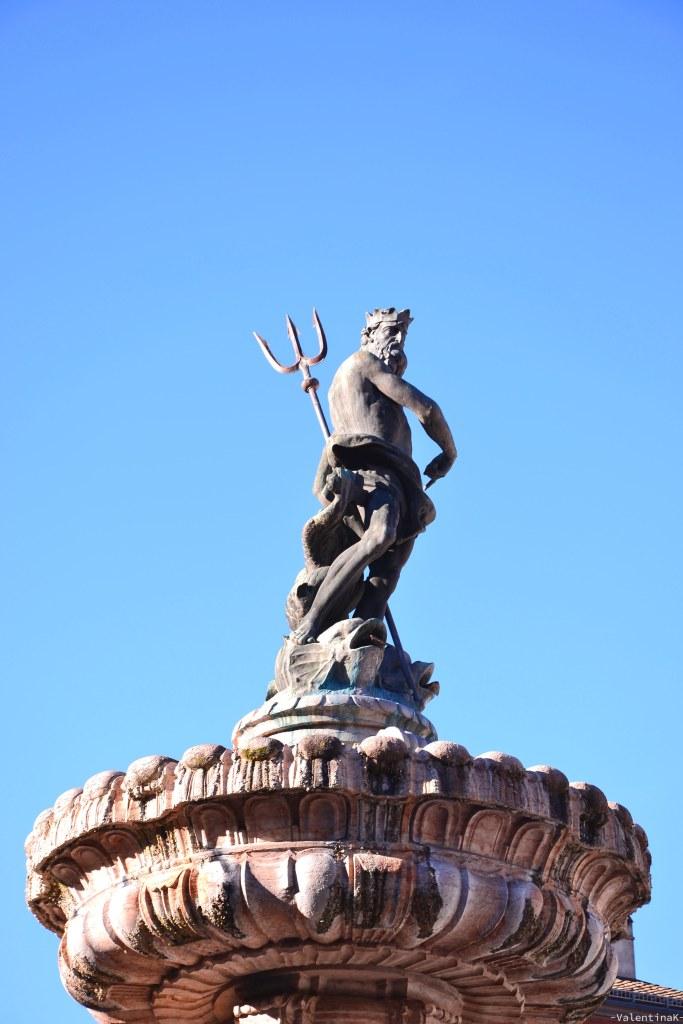 trento e i mercatini di natale: la statua sopra la fontana del nettuno