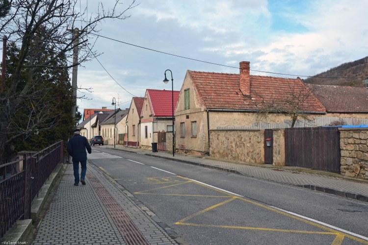 strada di Devín: un umarell passeggia per la strada