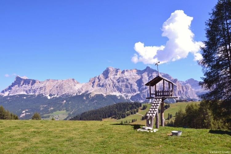 lista di rifugi in Alta Badia: casetta di legno a i tablà con panorama su dolomiti