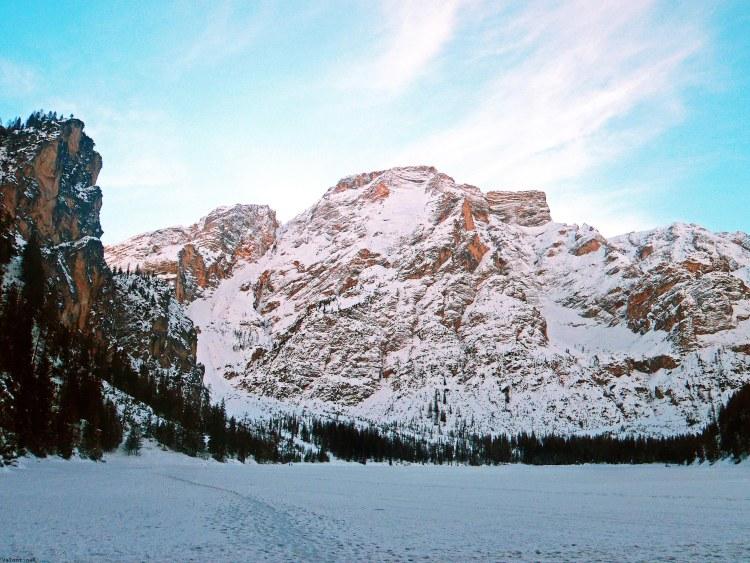 val pusteria in inverno cose da fare: il lago di braies e la croda del becco con la neve