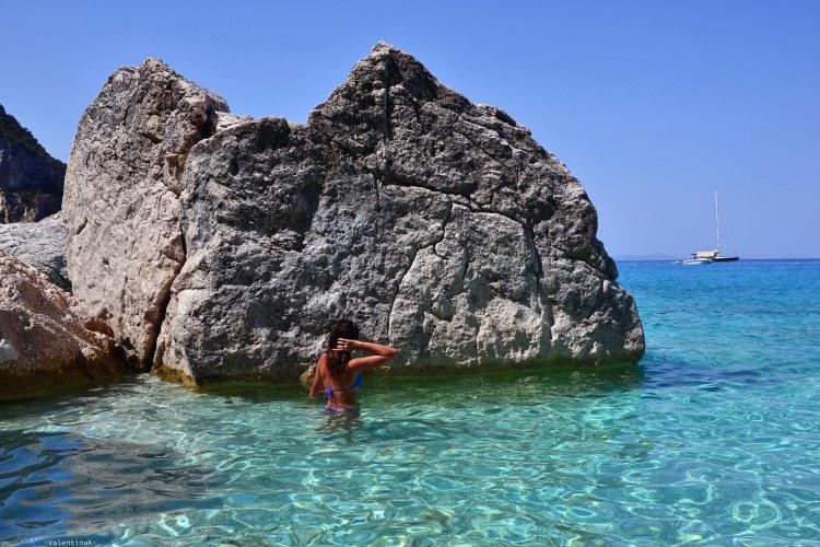 cala goloritzè itinerario di trekking: valentina in acqua a cala goloritzè tra le rocce