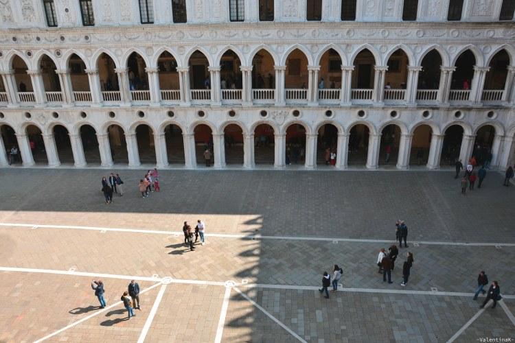 il palazzo ducale di venezia: il cortile visto dall'alto