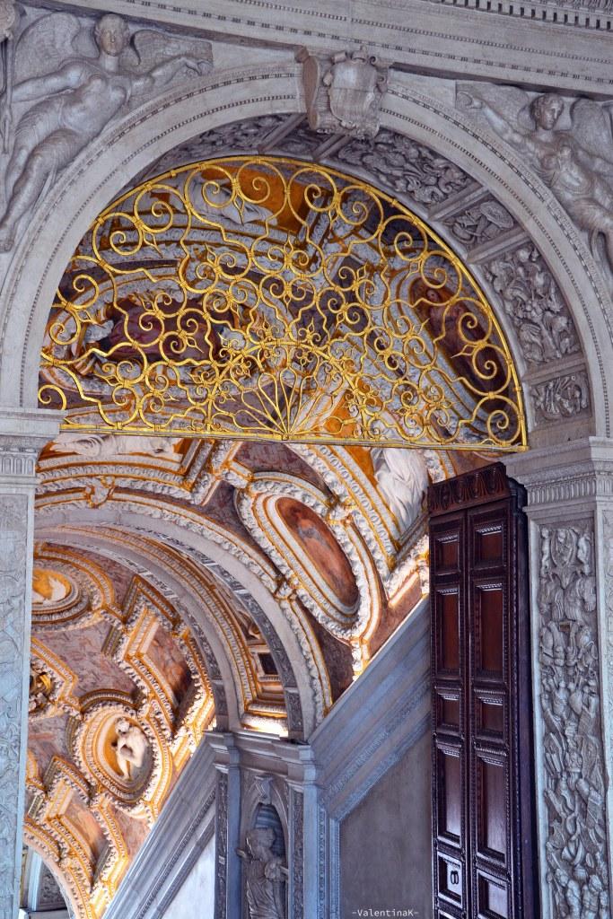palazzo ducale di venezia: la scala d'oro e una delle porte che conduce ai piani superiori
