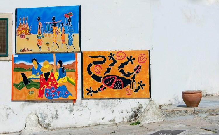 quadri e arazzi appesi per le strade