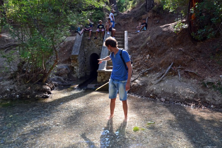 sei esperienze imperdibili da vivere sull'isola di Rodi: il tunnel scuro che sbuca dentro al laghetto