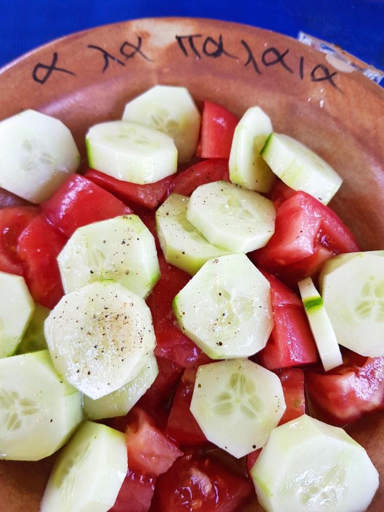 dove mangiare sull'isola di corfù: insalata di pomodori e cetrioli
