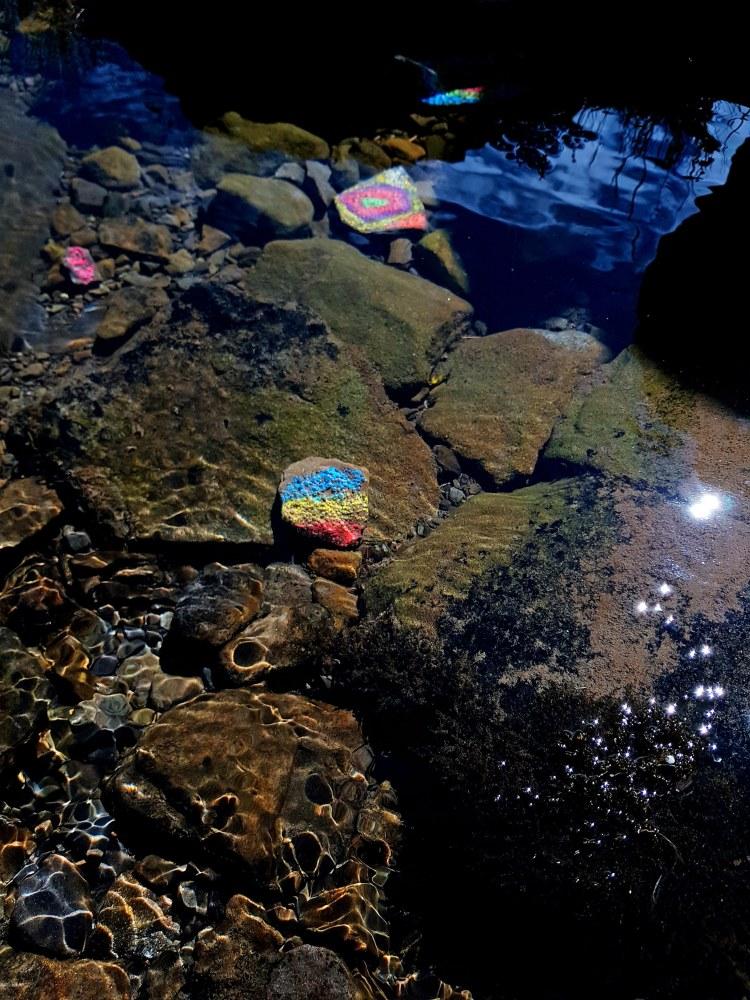 sassi colorati nelle acque del rio piano